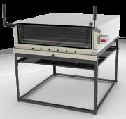 Estrutura externa em aço inox escovado; - Cavalete desmontável; - Placas refratárias; - Visor em vidro temperado; - Termômetro de controle de temperatura; - Porta tipo guilhotina; - Câmara interna com suportes para 2 níveis de altura; - Acompanha 1 grade; - Modelo a gás em baixa pressão e gaveta móvel; - Modelo elétrico com controle automático de temperatura  (termostato) e tensão 127-220V; - Os modelos PRPI-800 e PRPI-900 possuem queimadores infravermelhos fixados na parte superior da câmara interna, específicos para gratinar;